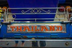 BANGKOK, TAJLANDIA, LUTY 08, 2018: Zamyka up trójkołowy tuku tuku taxi w drodze w Khao San terenie, tuków tuks Obrazy Stock