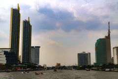 Bangkok Tajlandia, Maj, - 18, 2019: Krajobrazowy linia horyzontu przy Chao Pra Ya rzek? z ?odzi?, molem, wierza i drapacz chmur,  obraz royalty free