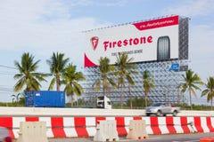 BANGKOK TAJLANDIA, MAJ, - 25: reklamowy Firestone na billboardzie obraz royalty free