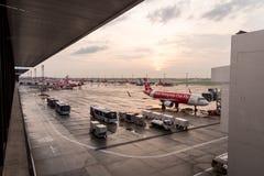 BANGKOK TAJLANDIA, Maj, - 23, 2017: Samolot Azja Aerobus przy półdupkami Obrazy Stock