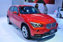 BANGKOK TAJLANDIA, MAR, - 30: BMW X1 pokazywać przy półdupkami Zdjęcia Royalty Free