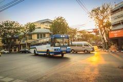 Bangkok Tajlandia, Marzec, - 2, 2017: Lokalny autobus i samochody w traffi Zdjęcia Royalty Free