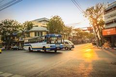 Bangkok Tajlandia, Marzec, - 2, 2017: Lokalny autobus i samochody w traffi Obrazy Royalty Free