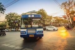Bangkok Tajlandia, Marzec, - 2, 2017: Lokalny autobus i samochody w traffi Zdjęcia Stock