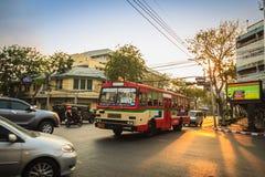 Bangkok Tajlandia, Marzec, - 2, 2017: Lokalny autobus i samochody w traffi Obraz Royalty Free