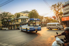 Bangkok Tajlandia, Marzec, - 2, 2017: Lokalny autobus i samochody w traffi Obrazy Stock