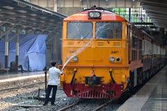 BANGKOK, TAJLANDIA Marzec 03,2016: Mężczyzna czyści pociąg Obraz Stock
