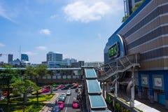 Bangkok, Tajlandia, Marzec 2013 MBK centrum handlowe, ruchu drogowego dżem blisko centrum handlowego fotografia stock