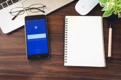 BANGKOK TAJLANDIA, Marzec, - 05, 2017: Nazwa użytkownika ekranu Facebook ikony na Jabłczanym iPhone 6 wielki i popularny ogólnosp Zdjęcia Stock