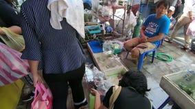 Bangkok Tajlandia, Marzec, - 11, 2017: Niezidentyfikowany sprzedawcy sklep na podłoga przy Chatuchak weekendu rynkiem zdjęcie wideo