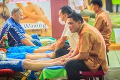 Bangkok Tajlandia, Marzec, - 2, 2017: Nożna masaż usługa w zdroju Zdjęcia Stock