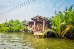 BANGKOK TAJLANDIA, MARZEC, - 23, 2018: Plenerowy widok spławowy drewniany bieda dom lokalizować na Chao Phraya rzece Zdjęcia Stock