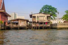 BANGKOK, TAJLANDIA, MARZEC, 23, 2018: Plenerowy widok spławowy bieda dom na Chao Phraya rzece Tajlandia Obraz Stock