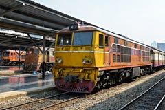 BANGKOK, TAJLANDIA Marzec 03,2016: Pociągi czekają przy platformą Obrazy Stock