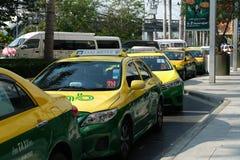 Bangkok Tajlandia, Marzec, - 14, 2018: Taxi czekają pasażerów Przód Seacon kwadrata dział zdjęcie royalty free