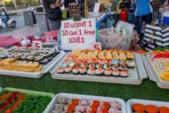 BANGKOK, TAJLANDIA, MARZEC 06, 2018: Zakończenie up asortowane suszi rolki przy ulicznym jedzenie rynkiem przy Khao San drogą, te Zdjęcie Royalty Free