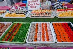BANGKOK, TAJLANDIA, MARZEC 06, 2018: Zakończenie up asortowane suszi rolki przy ulicznym jedzenie rynkiem przy Khao San drogą, te Fotografia Stock