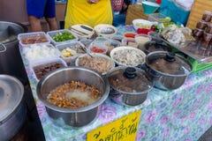 BANGKOK, TAJLANDIA, MARZEC 06, 2018: Zakończenie up jedzenie przy ulicznym jedzenie rynkiem przy Khao San drogą, ten droga jest p Fotografia Stock