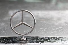 BANGKOK, TAJLANDIA, MAY, 2018: Mercedez Benz loga zakończenie up na samochodowym grillu w ranku po deszczu Ten loga stojak na sta zdjęcia royalty free
