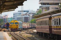BANGKOK, TAJLANDIA MAY 04,2017: Pociągi czekają przy platformą stacja kolejowa Hua Lamphong w Bangkok zdjęcie royalty free