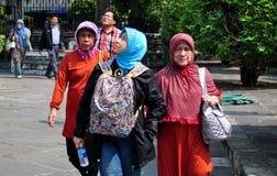 Bangkok, Tajlandia: Muzułmańskie kobiety przy Watem Arun Obraz Royalty Free