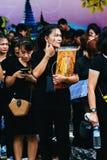 BANGKOK TAJLANDIA, OCT, - 22, 2016: Tajlandzcy ludzie uczęszczają śpiewać Obrazy Stock