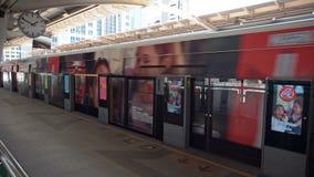 BANGKOK, TAJLANDIA - OKOŁO Marzec 2017: Metra overground metro opuszcza stację zbiory