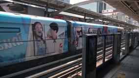 BANGKOK, TAJLANDIA - OKOŁO Marzec 2017: Metra overground metro przyjeżdża przy stacją zdjęcie wideo