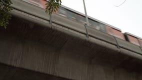 BANGKOK, TAJLANDIA OKOŁO Marzec 2017: Metra taborowy omijanie obok Overground transport zdjęcie wideo