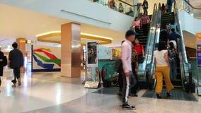 BANGKOK TAJLANDIA, PAŹDZIERNIK 6,2018 -: czasu upływ eskalator i ludzie przechodzi w dużym round obciosujemy przy centrum handlow zbiory
