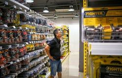BANGKOK TAJLANDIA, PAŹDZIERNIK, - 22: Klient robi zakupy dla kędziorków w fotografia stock