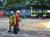 BANGKOK TAJLANDIA, PAŹDZIERNIK, - 11, 2016: Ludzie ćwiczą w pożarniczego boju szkoleniu obrazy royalty free