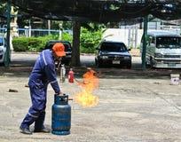 BANGKOK TAJLANDIA, PAŹDZIERNIK, - 11, 2016: Ludzie ćwiczą w pożarniczego boju szkoleniu obrazy stock