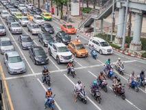 BANGKOK TAJLANDIA, Październik, - 6, 2018: Ruch drogowy zbliża impas na ruchliwie drodze w centrum miasta Miasto trraffic zdjęcie stock
