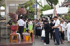 Bangkok Tajlandia, Październik, - 25, 2013: Tajlandzcy ludzie darują bankno Zdjęcie Royalty Free