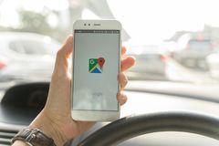 BANGKOK, TAJLANDIA - 08 2018 PAŹDZIERNIK: Zamyka w górę mężczyzny mienia xiaomi smartphone i Wszczynać Google Maps app zdjęcie stock