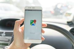 BANGKOK, TAJLANDIA - 08 2018 PAŹDZIERNIK: Zamyka w górę mężczyzny trzyma nowego xiaomi smartphone i Wszczyna Google Maps zastosow obraz stock
