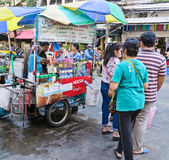BANGKOK TAJLANDIA, PAŹDZIERNIK, - 2, 2016: kawowy fura kram na ulicie przy sampeng rynkiem zdjęcie royalty free