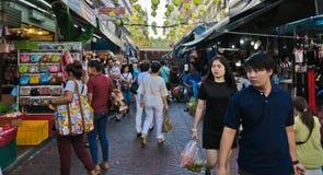 BANGKOK TAJLANDIA, PAŹDZIERNIK, - 2, 2016: sprzedawcy przy rynkiem Sempeng Chinatown na Bangkok, Tajlandia zdjęcie stock