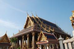 Bangkok, Tajlandia - 12 25 2012: Piękne barwić rzeźby i zabytki w Buddyjskiej świątyni fotografia stock