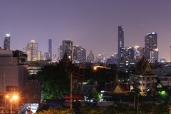 BANGKOK, TAJLANDIA Piękny panorama widok życie nocne Bangkok budynki i miasto zdjęcia stock