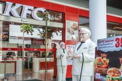 BANGKOK, TAJLANDIA Sierpień 22, 2017: Colonel Harland Sanders statuy pozycja przed Kentacky pieczonego kurczaka restauracją KFC Obrazy Stock