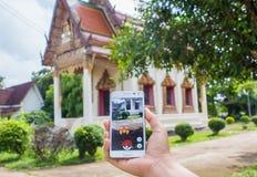 Bangkok, Tajlandia, Sierpień 26, 2016: Kobiety bawić się Pokemon Zdjęcia Royalty Free