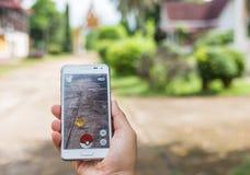 Bangkok, Tajlandia, Sierpień 26, 2016: Kobiety bawić się Pokemon Obraz Stock