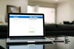 Bangkok Tajlandia, Sierpień, - 23, 2017: Nazwa użytkownika ekranu Facebook ikony na jabłczanym macbook pro wielki i popularny ogó Zdjęcia Royalty Free