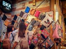 BANGKOK TAJLANDIA, SIERPIEŃ, - 26: Niezidentyfikowani kupujący wybierają obyczajowe handmade ręk torby od BKK w Bangkok na Si zdjęcie stock