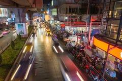 Bangkok, Tajlandia Sierpień 24,2016: Samochody rusza się w dół drogę przy Siam kwadratem Bangkok Zdjęcia Royalty Free