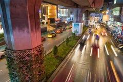 Bangkok, Tajlandia Sierpień 24,2016: Samochody rusza się w dół drogę przy Siam kwadratem Bangkok Fotografia Royalty Free
