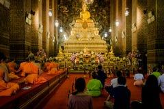 Bangkok Tajlandia, Styczeń, - 26, 2018: Buddyści ono modli się Buddha w Wacie Pho (świątynia Opiera Buddha) obrazy royalty free