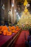 Bangkok Tajlandia, Styczeń, - 26, 2018: Buddyści ono modli się Buddha w Wacie Pho (świątynia Opiera Buddha) obraz stock